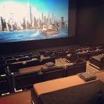 ベッドで寝ながら映画が見える、富裕層向け映画館