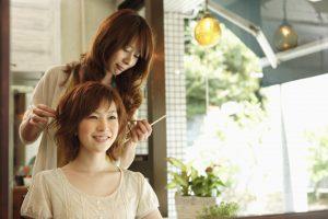 結婚式用などにヘアセットしてくれる日本人